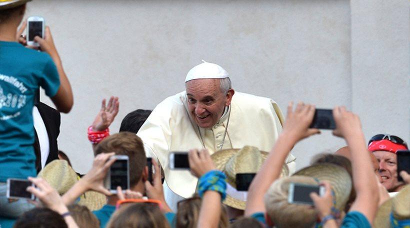 Πάπας: Μην σπαταλάτε τον χρόνο σας στο Διαδίκτυο και στα smartphones