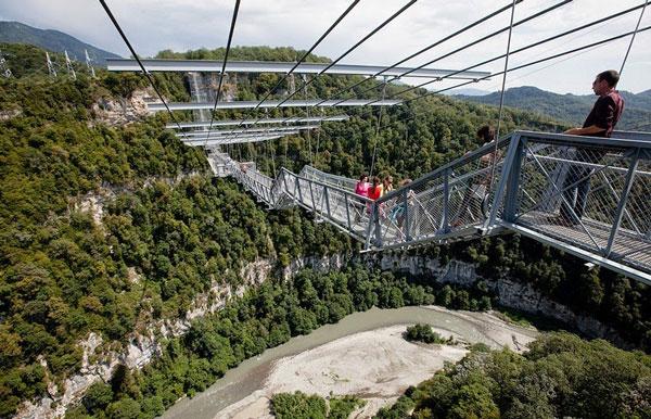 Η μεγαλύτερη κρεμαστή πεζογέφυρα στον κόσμο!
