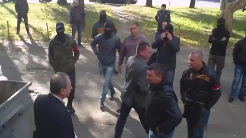 Πολιτικοί για τα σκουπίδια: Ουκρανοί πέταξαν βουλευτή σε κάδο [βίντεο]