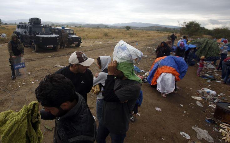Κατά εκατοντάδες περνούν τα σύνορα της ΠΓΔΜ οι πρόσφυγες