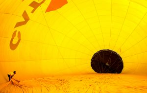 Έντονα πολύχρωμα αερόστατα αιωρούνται πάνω από την Καταλονία...