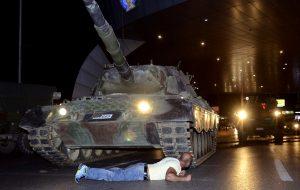 Ενάντια στο πραξικόπημα και άοπλοι μπροστά στα τανκς...