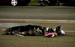 Σοκάρει τον Πλανήτη η φωτογραφία με το νεκρό παιδί στο δρόμο της Νίκαιας