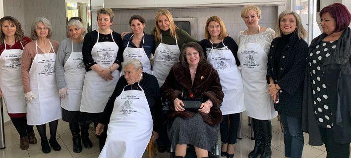 Κοζάνη: Στην κουζίνα με ποδιά η Μαρέβα Γκραμπόφσκι μαγειρεύει με εθελοντές [εικόνα]