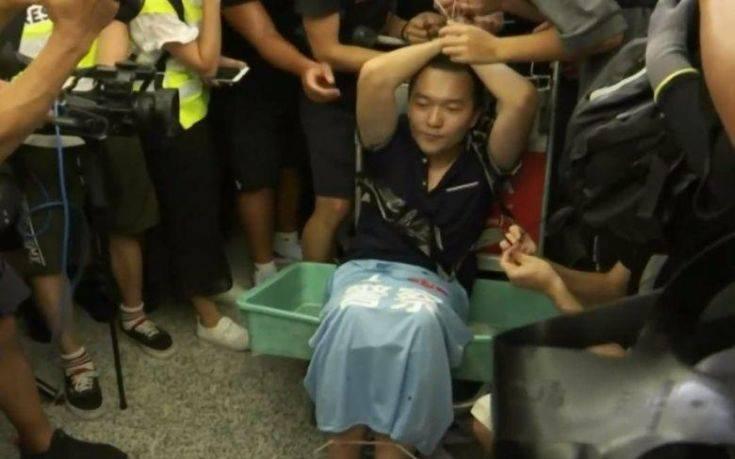 Όμηρος διαδηλωτών στο Χονγκ Κονγκ δημοσιογράφος της κινεζικής εφημερίδας
