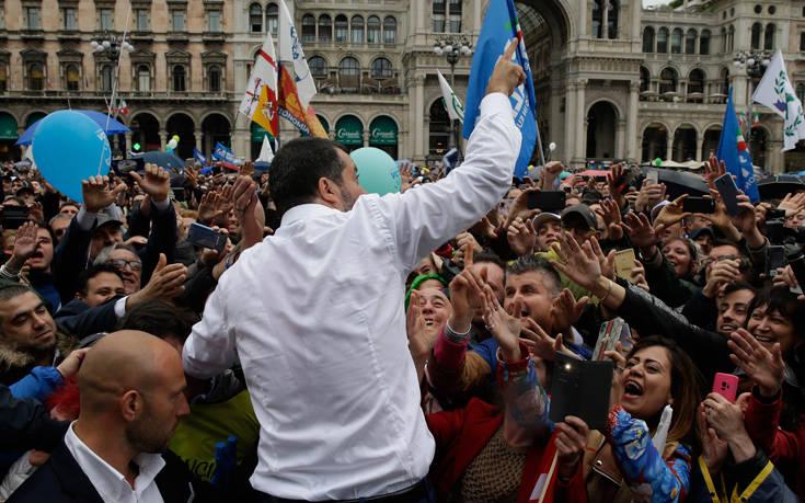 Ο Ματέο Σαλβίνι στη δίνη της πολιτικής κρίσης που ο ίδιος δημιούργησε