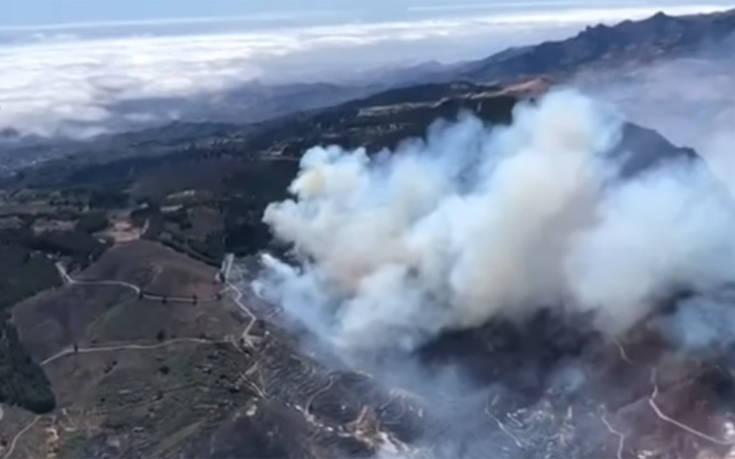 Συνεχίζει να καίει η φωτιά στα Κανάρια Νησιά της Ισπανίας