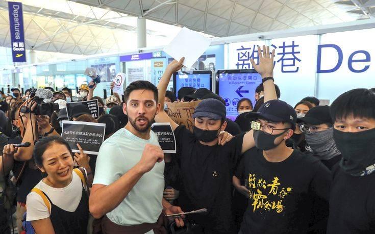 Άνοιξε και πάλι το αεροδρόμιο του Χονγκ Κονγκ μετά τη νύχτα ταραχών