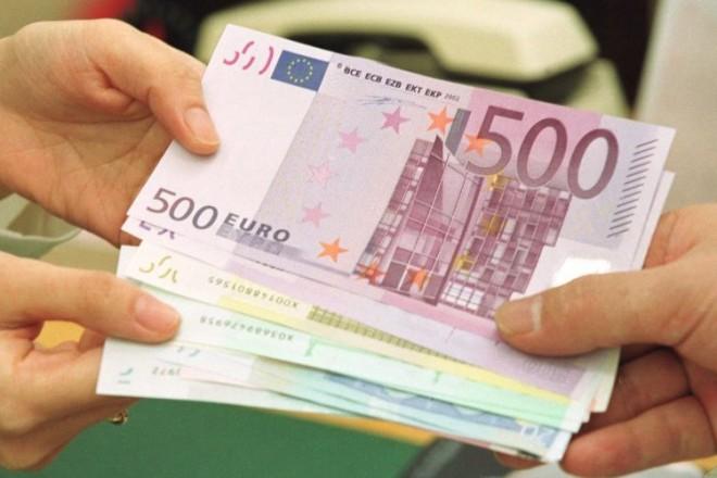 «Φρένο» στις συναλλαγές με μετρητά