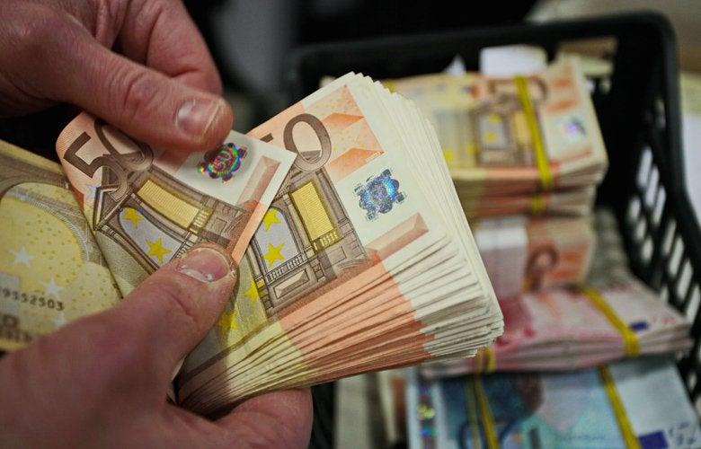 Τραπεζικές καταθέσεις: Ποιοι θα πληρώσουν φόρο