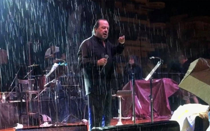 Άγριος καυγάς Γιάννη Πάριου με δήμαρχο διέκοψε στη μέση συναυλία