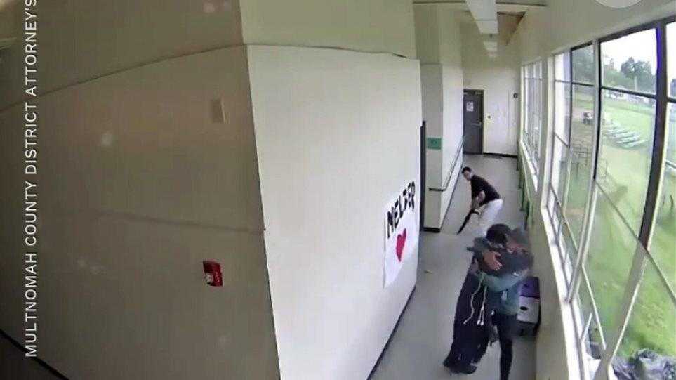 Προπονητής αγκαλιάζει οπλισμένο μαθητή και γλιτώνει σχολείο από τραγωδία