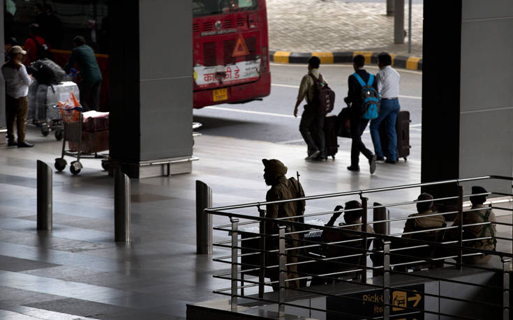 Αστυνομικός σε αεροδρόμιο ανάγκασε γυναίκα με αναπηρία «να βγάλει το παντελόνι της»