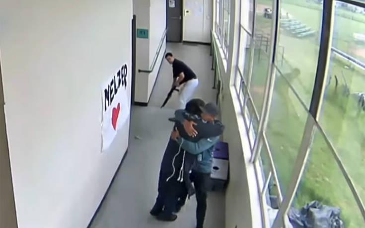 Η στιγμή που γυμναστής αφοπλίζει μαθητή και τον εμποδίζει να ανοίξει πυρ μέσα σε σχολείο