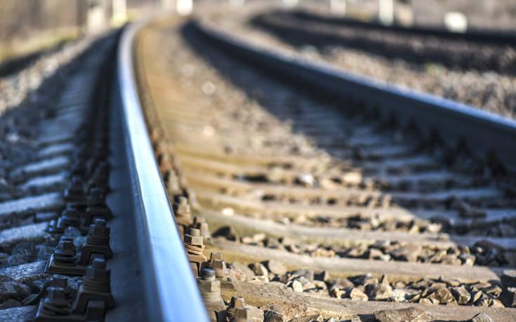 Ηλικιωμένος οδήγησε το αυτοκίνητό του για 300 μέτρα πάνω στις σιδηροδρομικές γραμμές