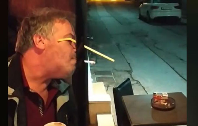 Viral: Ο Ελληναράς βρήκε τρόπο να καπνίζει σε κέντρο χωρίς να παραβαίνει το νόμο!