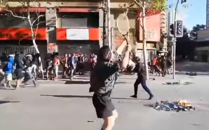 Διαδηλωτής στη Χιλή έτοιμος να αντιμετωπίσει Αστυνομία και… Τσιτσιπά