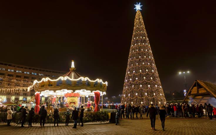 Χριστουγεννιάτικο κλίμα με δέντρο 30 μέτρων στο Βουκουρέστι