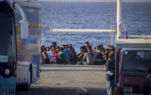 «Καίνε την ιστορία μας»: Η εικόνα με παράνομο μετανάστη κάνει τον γύρο της Ελλάδας